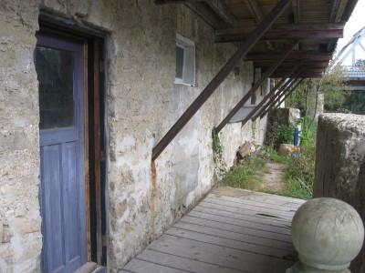 puerta azul discretamente descubres a la sombra acompañante