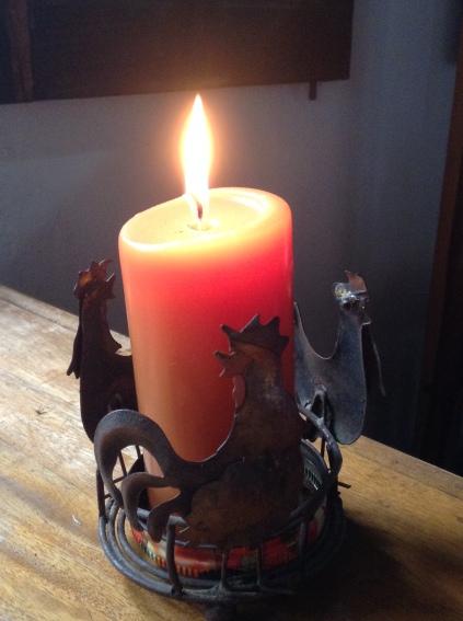carmen váscones y su foto tres gallitos y vela con llama